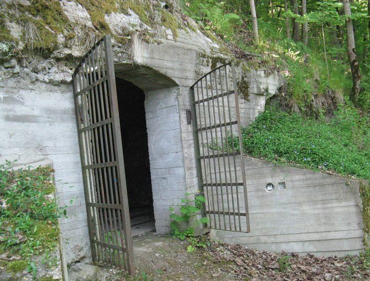 Пещера, приспособленная под убежище.