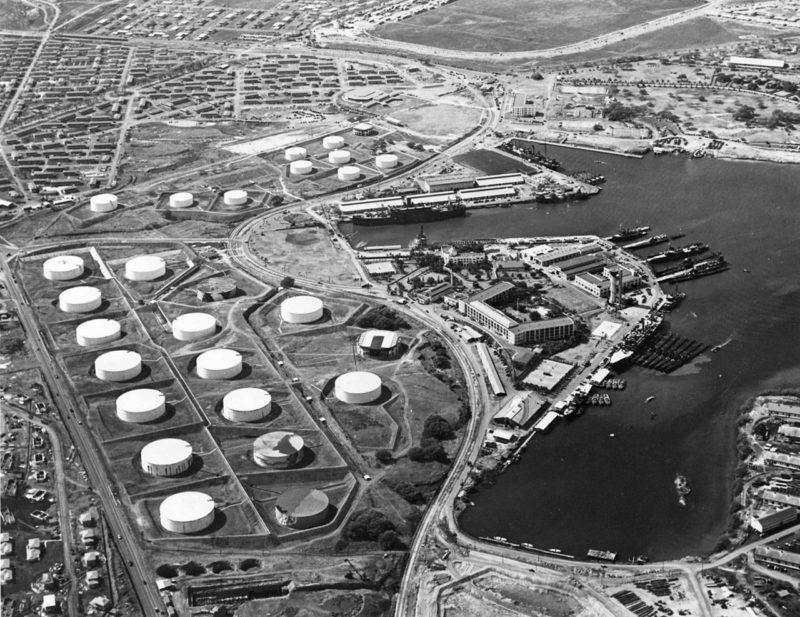 Аэрофотосъемка базы подлодок в Перл-Харборе с хранилищами топлива. 13 октября 1941 г.