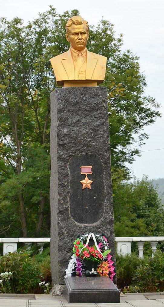 Бюст и могила Героя Советского Союза П.М. Буйка, погибшего в 1943 году.