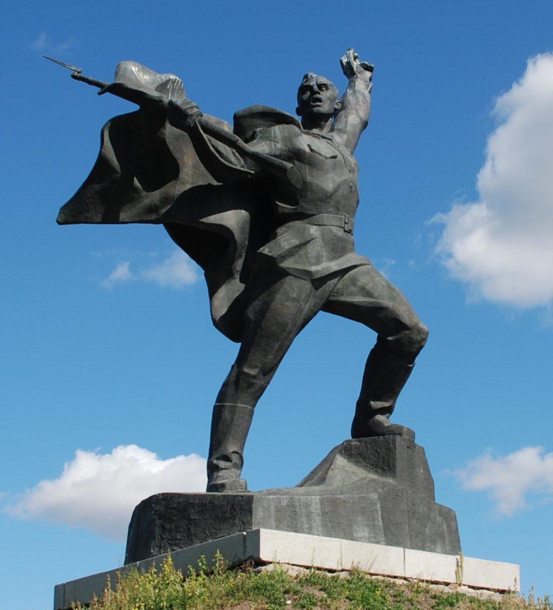 Скульптура солдата на мемориале.