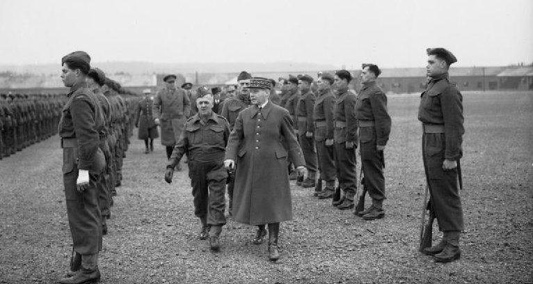 Французский генерал Морис Гамелин осматривает канадские войска в Олдершоте. Дюнкерк, 26-29 мая 1940 г.