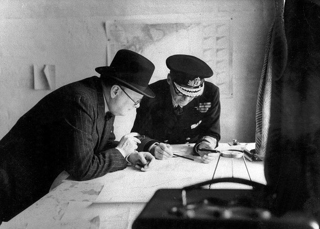 Уинстон Черчилль и Бертрам Рамсей над картами.