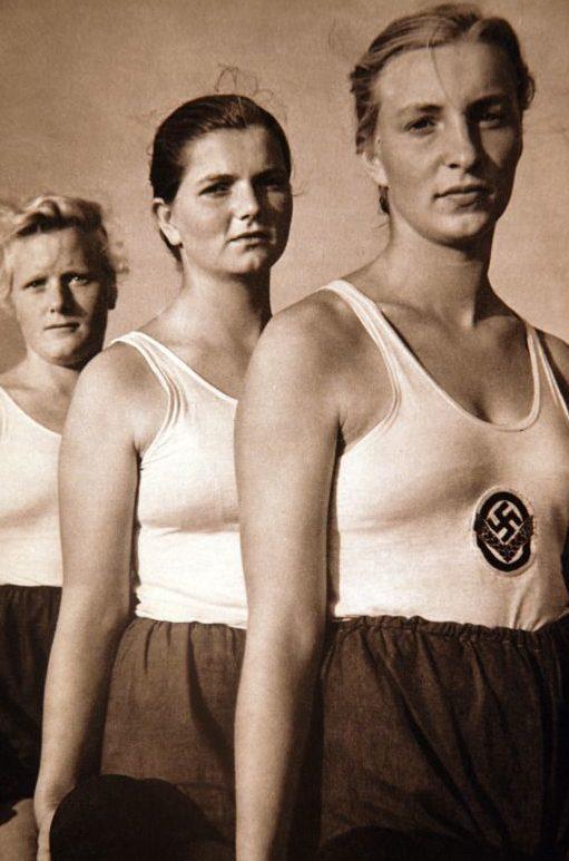 Женщины из Службы труда Рейха.