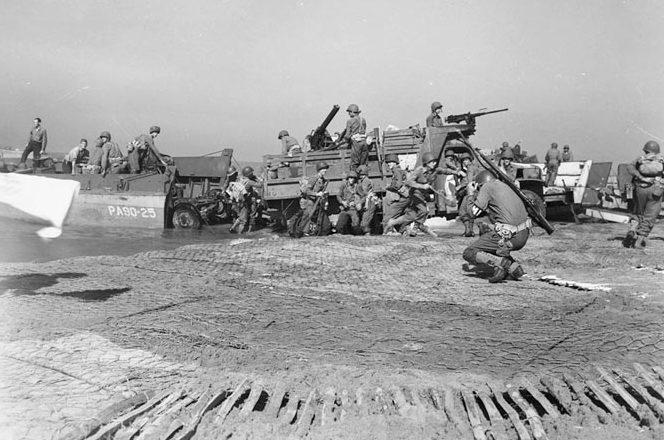 Высадка артиллерии союзников на побережье Салерно. Сентябрь 1943 г.