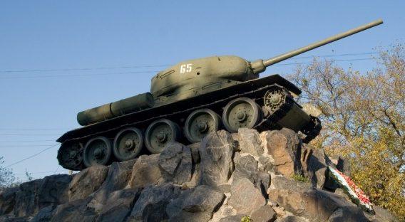 г. Фастов. Памятник-танк Т-34 по улице Героев-танкистов, установлен в 1970 году в честь танкистов-освободителей города.