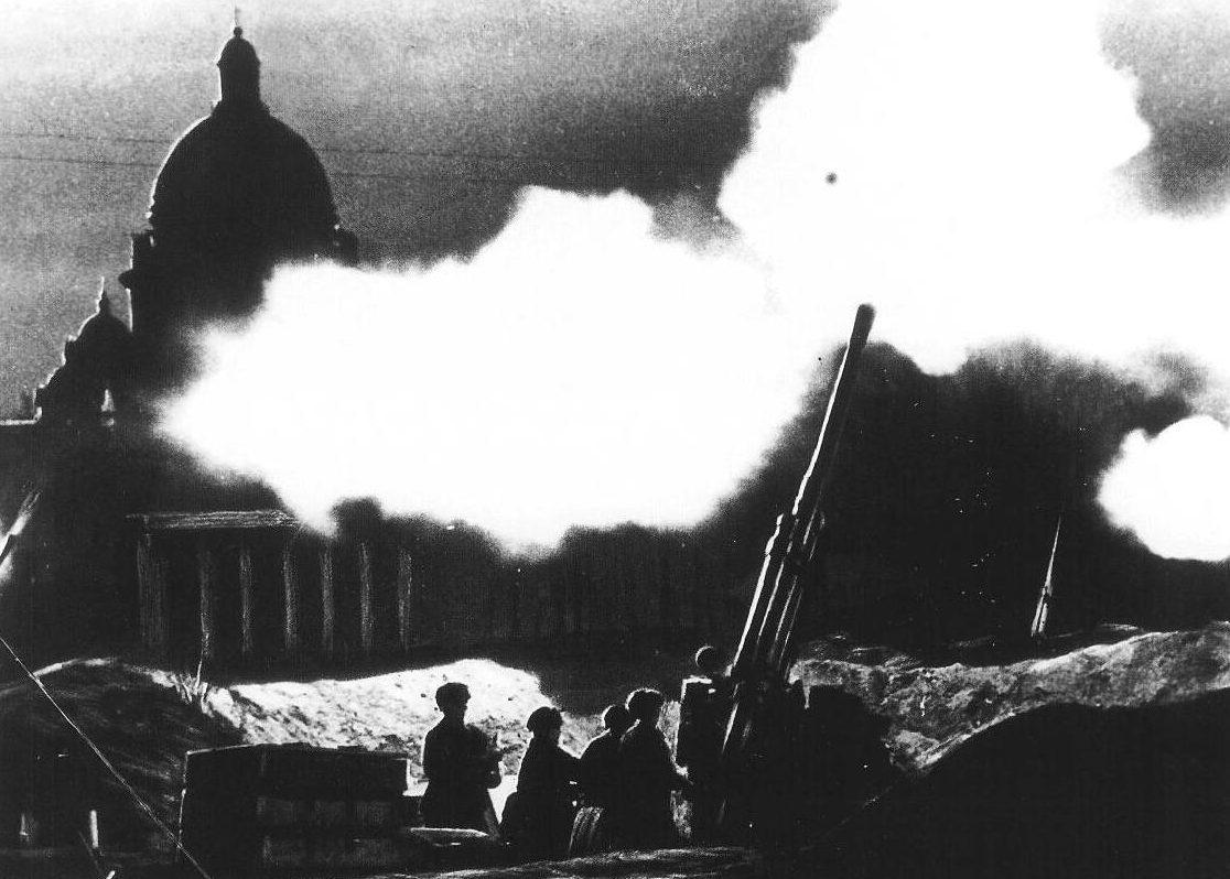 Отражение авианалёта возле Исаакиевского собора. 1941 г.