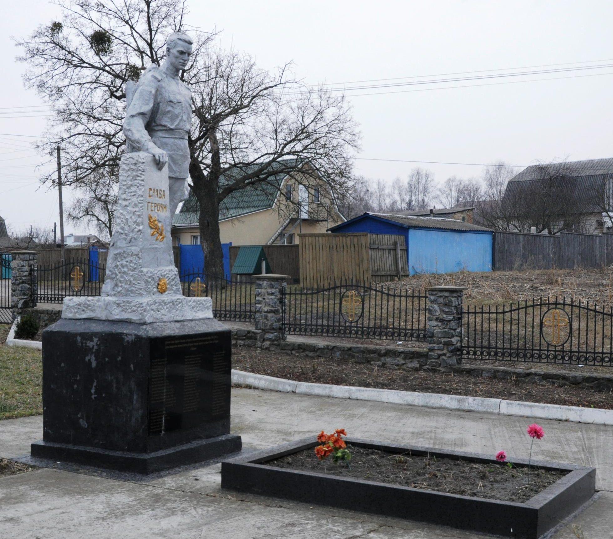 с. Заборье Киево-Святошинского р-на. Памятник, установленный на братской могиле воинов, погибших в годы войны.