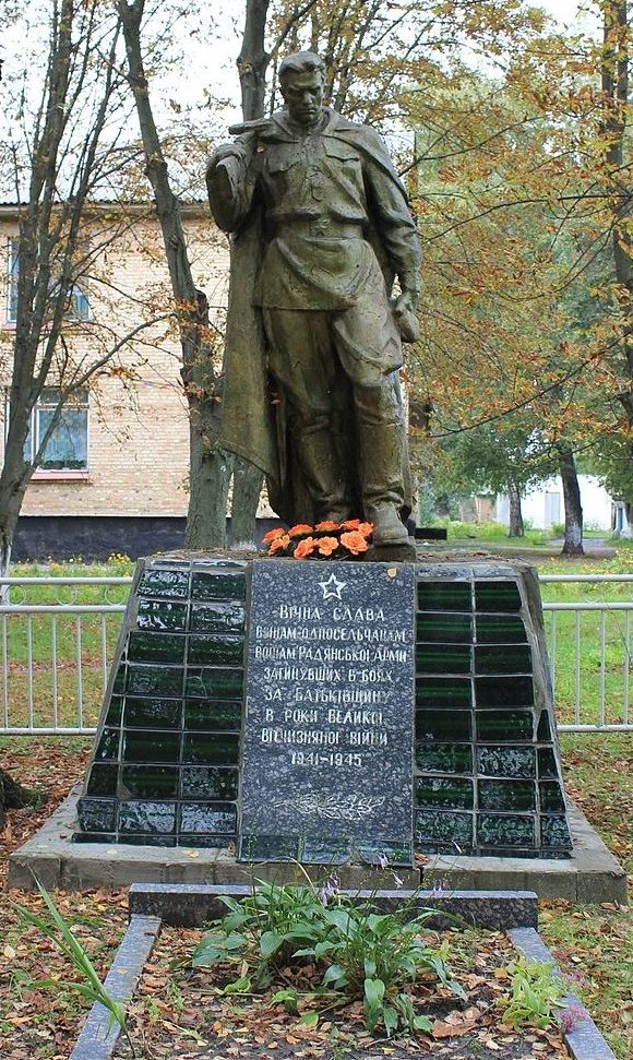 с. Гайшин Переяслав-Хмельницкого р-на. Памятник у школы, установленный в 1963 году на братской могила воинов, погибших в годы войны.