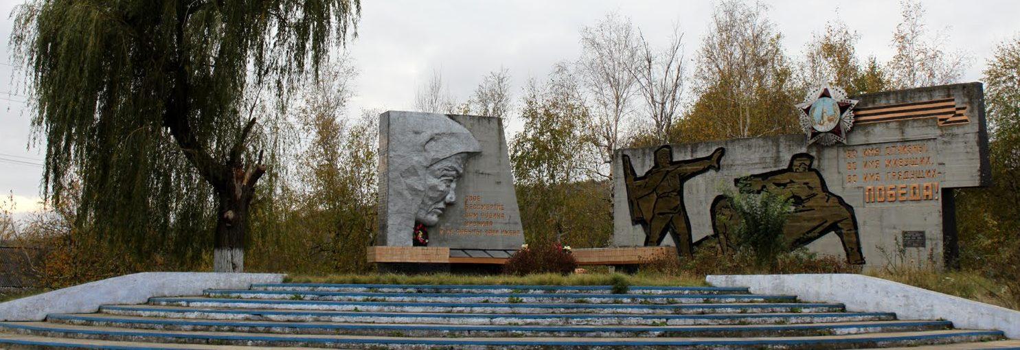 с. Байталы Ананьевского р-на. Мемориал в центре села, установленный в 1975 году на братской могиле воинов, погибших при освобождении села 31 марта 1944 года.