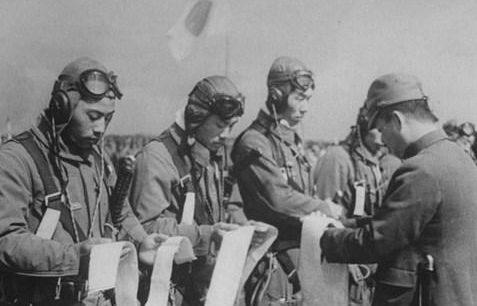 Летчики-камикадзе получают повязки хатимаки. Октябрь, 1944 г.