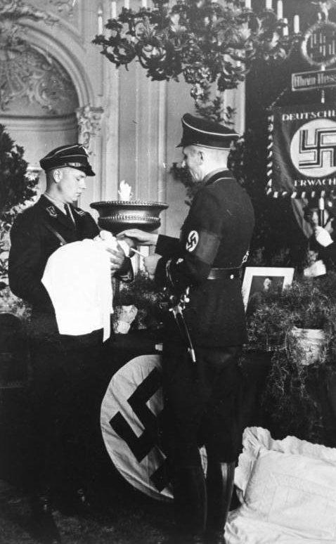 «Крестные отцы» из СС на обряде крещения детей.