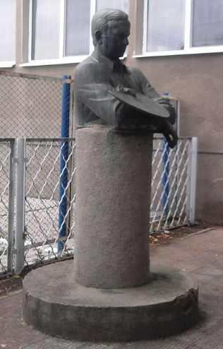 г. Измаил. Бюст Глущенко Н.П. –советскому разведчику - был открыт в 1984 году на территории школы №1. Скульптор – Б. Довгань.