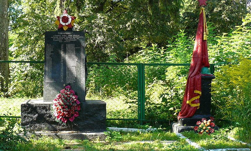 с. Юров Макаровского р-на. Памятник воинам, погибшим в годы войны.