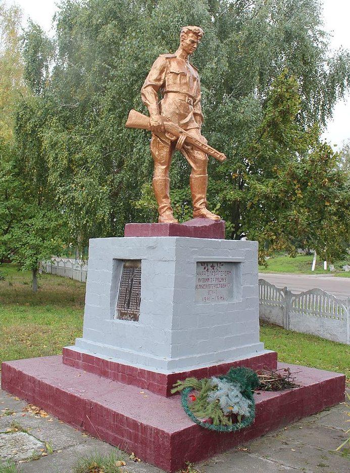 с. Гланышев Переяслав-Хмельницкого р-на. Памятник возле магазина, установленный в 1962 году на братской могиле воинов, погибших в годы войны.