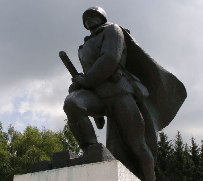 Скульптурный памятник на мемориале.