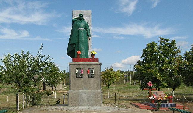 с. Долинское Ананьевского р-на. Памятник 51 воину-односельчанину, погибшему в годы войны.
