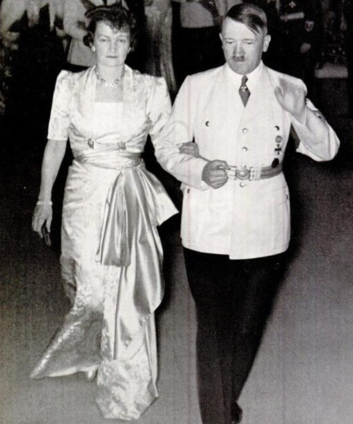 Аннелиза фон Риббентроп и Гитлер.