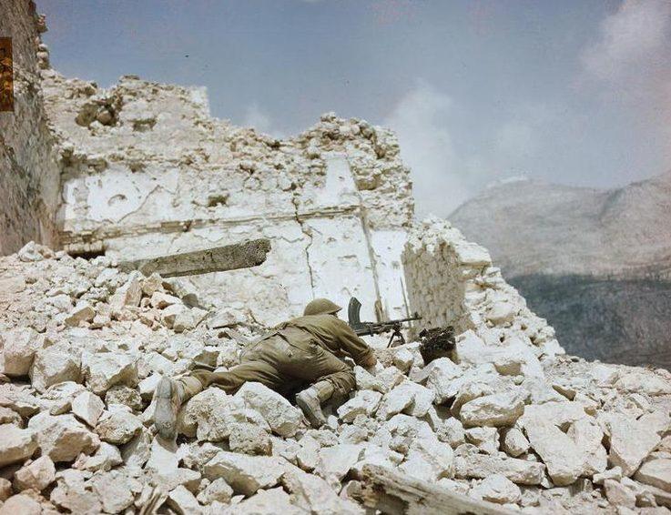 Британский солдат в руинах Монте-Кассино.