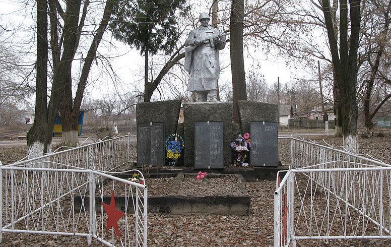 с. Малая Березанка Згуровского р-на. Памятник в центре села, установленный в 1961 году, воинам-односельчанам, погибшим в годы войны.