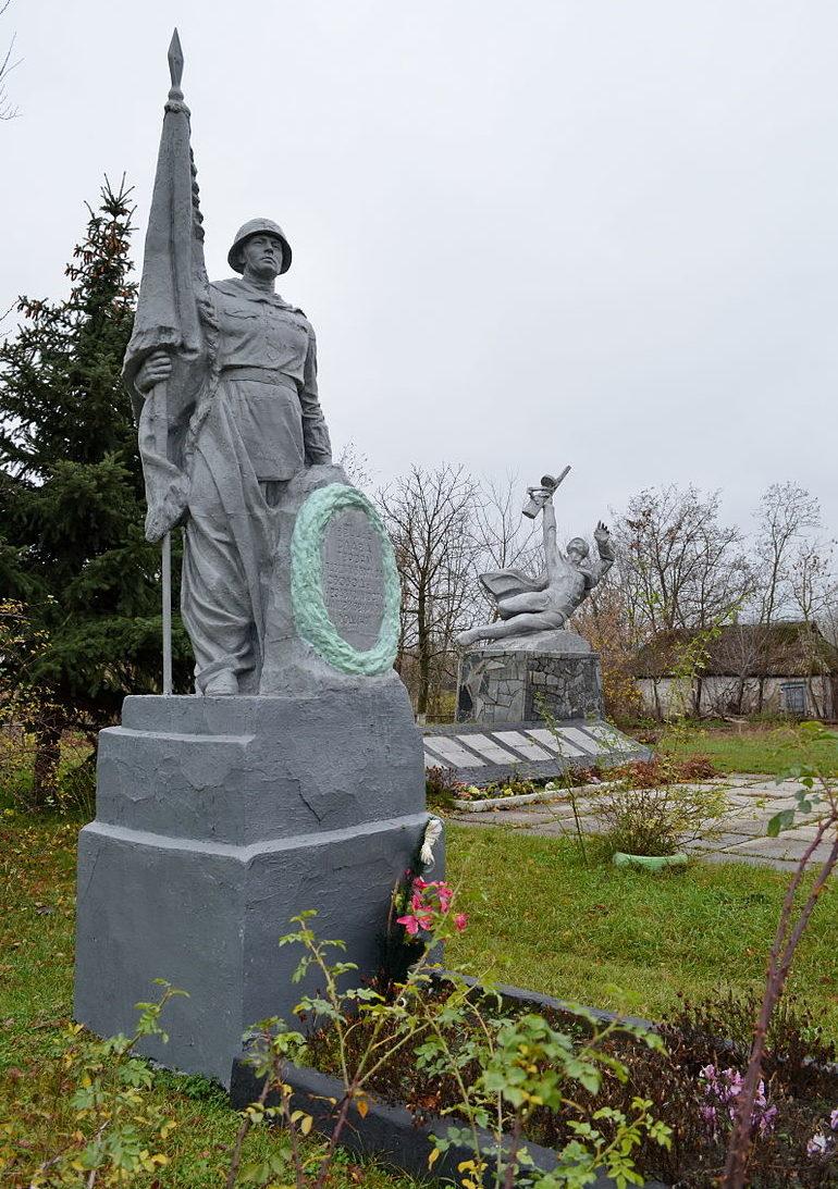 с. Бзов Барышевского р-на. Памятник у дома культуры, установленный в 1954 году на братской могиле воинов, погибших в годы войны.