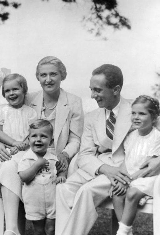 Образцовая национал-социалистическая семья Геббельсов. 1942 г.