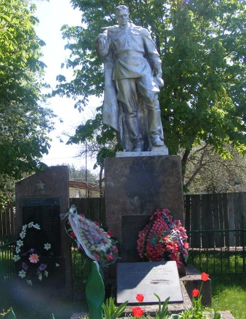 с. Кременище Киево-Святошинского р-на в центре села. Памятник, установлен на братской могиле, в которой похоронено 15 советских воинов, погибших в боях за город Киев.