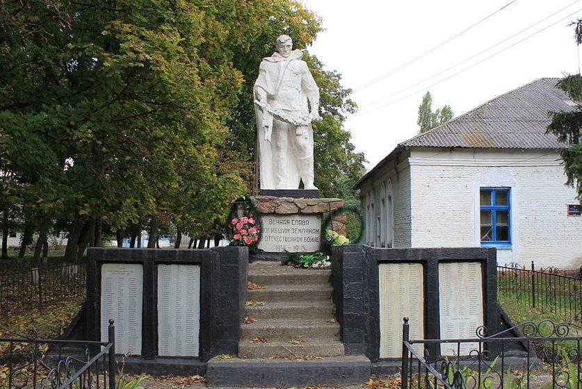 с. Денисы Переяслав-Хмельницкого р-на. Памятник у дома культуры, установленный в 1966 году воинам-односельчанам, погибшим в годы войны.