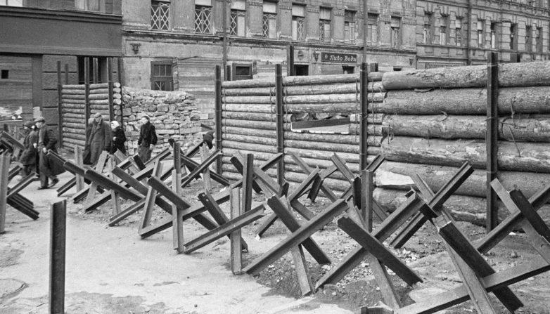 Баррикады в городе. 1941 г.