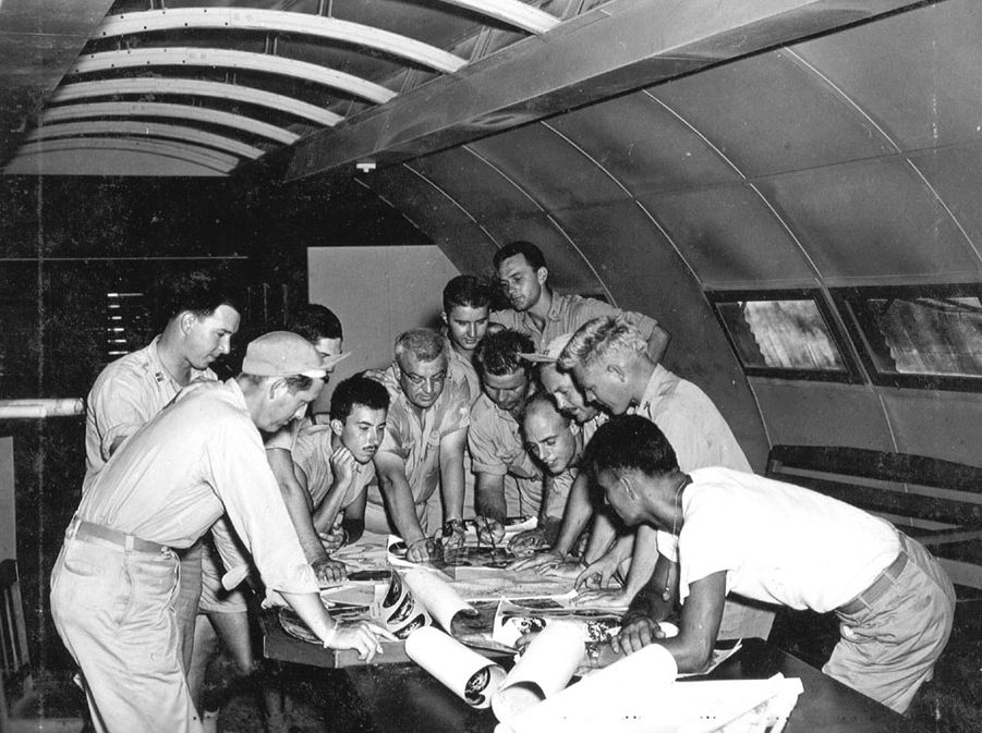 Инструктаж перед бомбардировкой. Июль-август 1945 г.