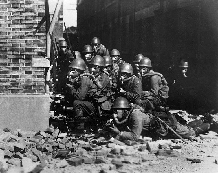 Японские морские пехотинцы в противогазах и резиновых перчатках во время химической атаки вблизи Чапеи в Шанхае. Август, 1937 г.