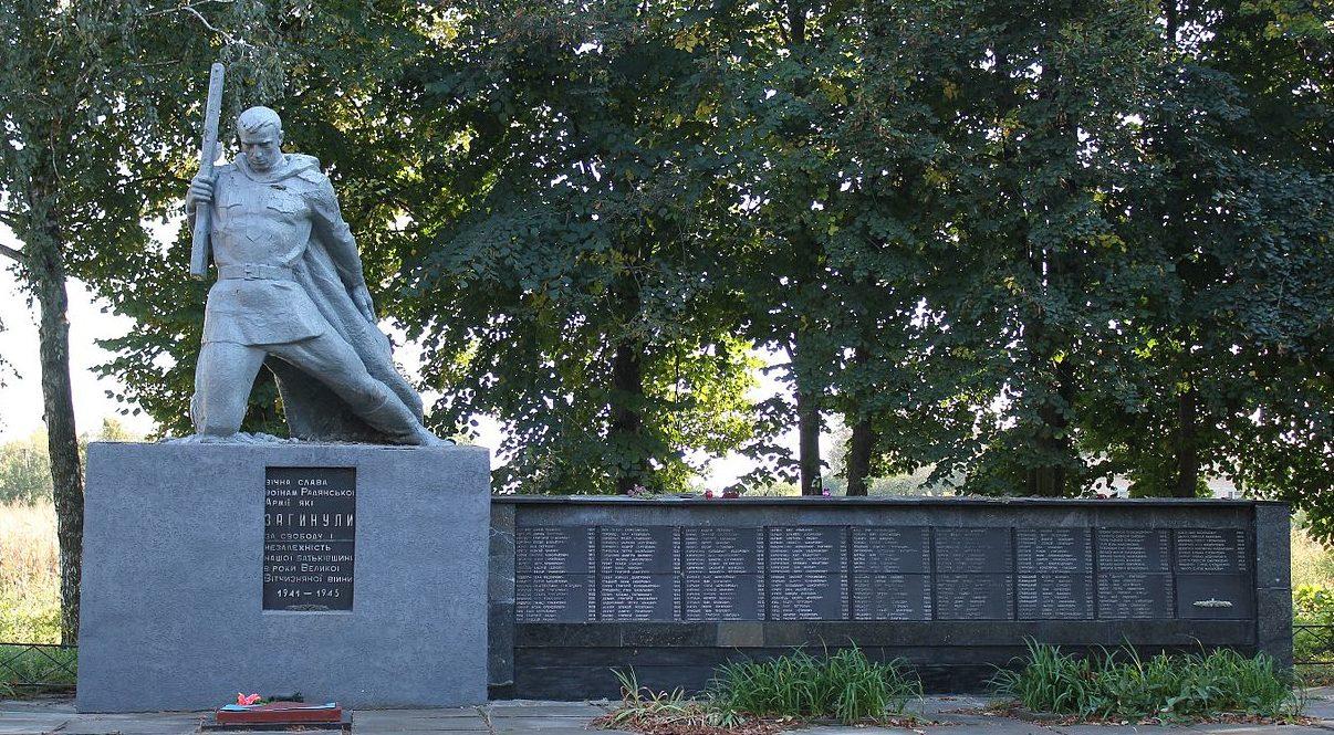 с. Дивички Переяслав-Хмельницкого р-на. Памятник у дома культуры, установленный в 1962 году на братской могиле воинов, погибших в годы войны.