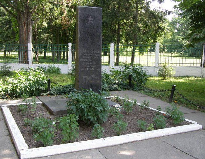 г. Фастов. Памятник в переулке Коммунальный, 6, установлен на братской могиле воинов, погибших при бомбежке в 1944 году.