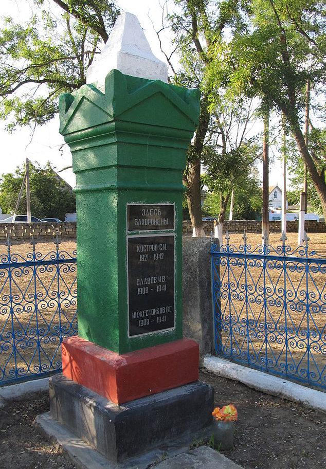 с. Делень Арцизского р-на. Памятник в центре села, установленный в 1967 году на братской могиле тренх сельских активистов, расстрелянных румынскими оккупантами в июне 1941 года.