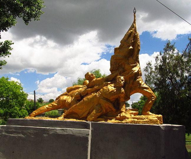 с. Лощиновка Измаильского р-на. Памятник 8 воинам-односельчанам, погибшим в годы войны, был установлен в 1965 году.