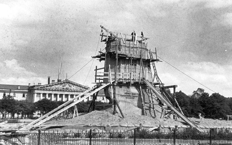 Памятник Петру I в защитном устройстве на площади Декабристов. Август 1941 г.