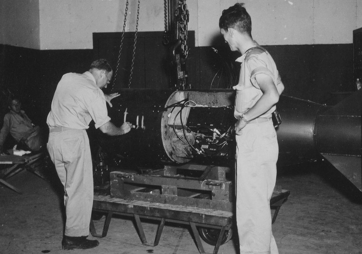 Настройка атомной бомбы перед погрузкой. Август 1945 г.