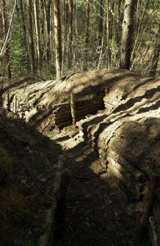 Восстановленные позиции обороны реконструкторами в память о прошедших боях.