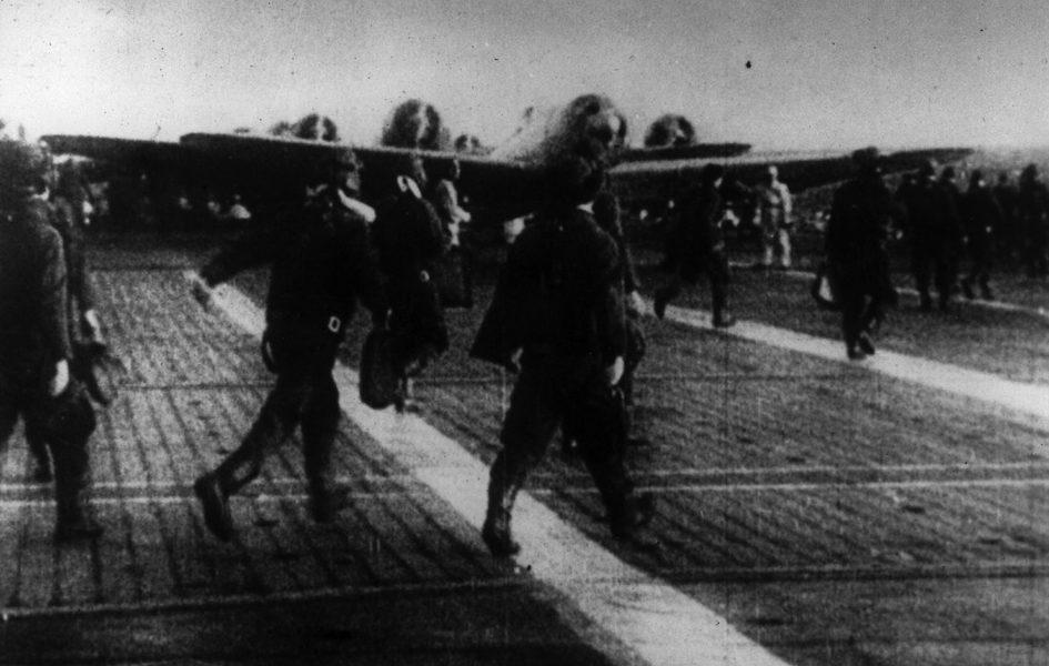 Японские летчики отправляются к своим самолетам на палубе авианосца, направляющегося в Перл-Харбор. 7 декабря 1941 г.