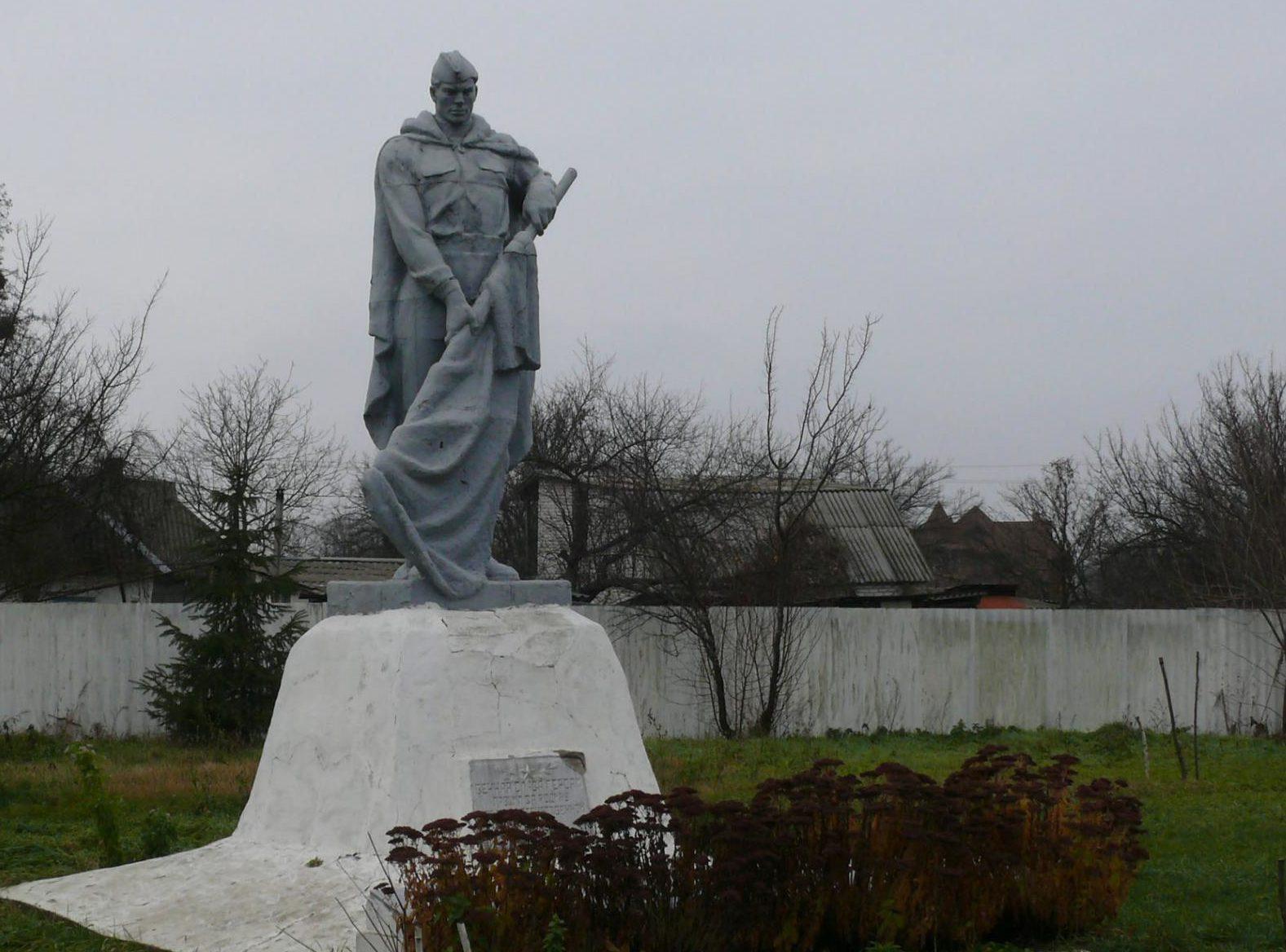 с. Дивички Переяслав-Хмельницкого р-на. Памятник на братской могиле советских воинов.