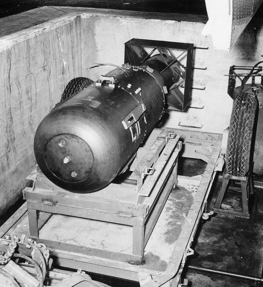 Атомная бомба «Малыш» перед погрузкой на самолет. Август 1945 г.