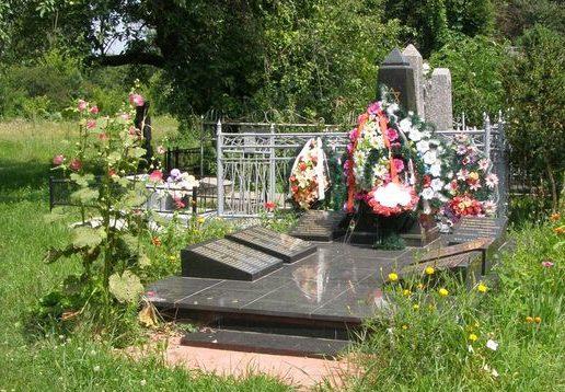 г. Фастов. Памятник на еврейском кладбище, установленный на братской могиле жертв нацизма.