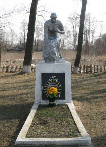 с. Корнеевка Барышевского р-на. Памятник в центре села, установлен на братской могиле воинов, погибших в боях за село.