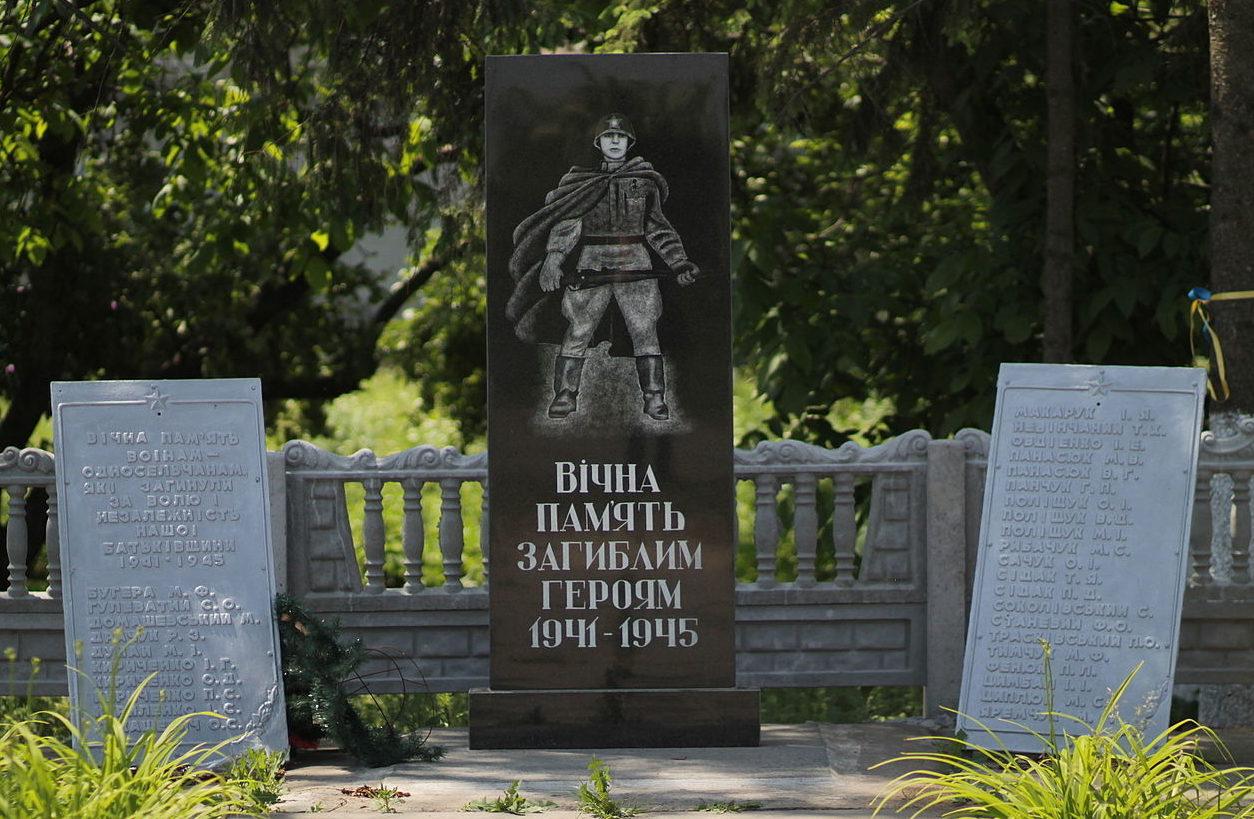 с. Тадиевка Володарского р-на. Памятник воинам, погибшим в годы войны.