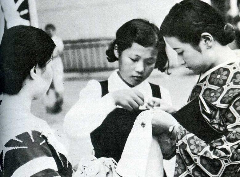 Женщины, изготавливающие сеннинбари.