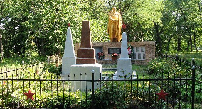 с. Лехновка Барышевского р-на. Памятник в парке, установленный в 1967 году на братской могиле воинов погибших в годы войны. Здесь же находится и памятный знак воинам-односельчанам, невернувшимся с войны.