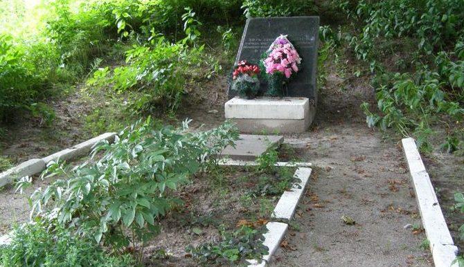 г. Фастов. Памятный знак по улице Буденного, 6, установленный на братской могиле жертв нацизма.