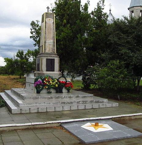 с. Утконосовка Измаильского р-на. Памятник, установленный в 1966 году в честь 445 воинов-односельчан, погибших в годы войны.