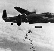 Англичане сбрасывают бомбу «Блокбастер» на жилой район Дюйсбурга. 14 октября 1944 г.