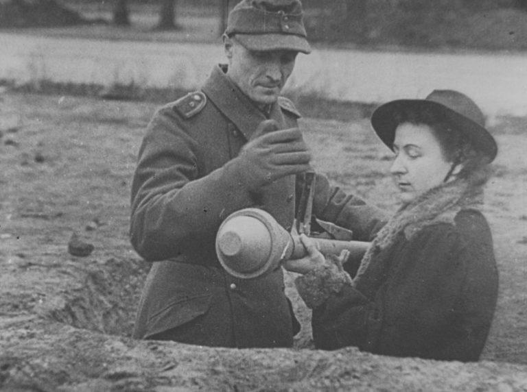 Обучение женщины-ополченца фольксштурма использованию гранатомета «Панцерфауст». Берлин. 1945 г.