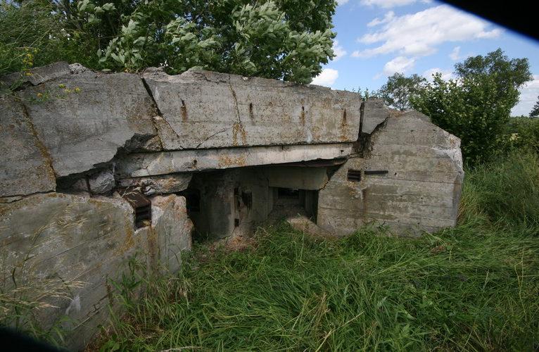 Остатки бетонных укреплений на оборонительном рубеже.